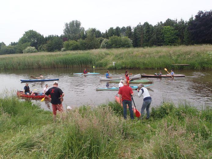 Opstappen op de kano ter hoogte van stuw Bieberg in het Markdal in Breda.