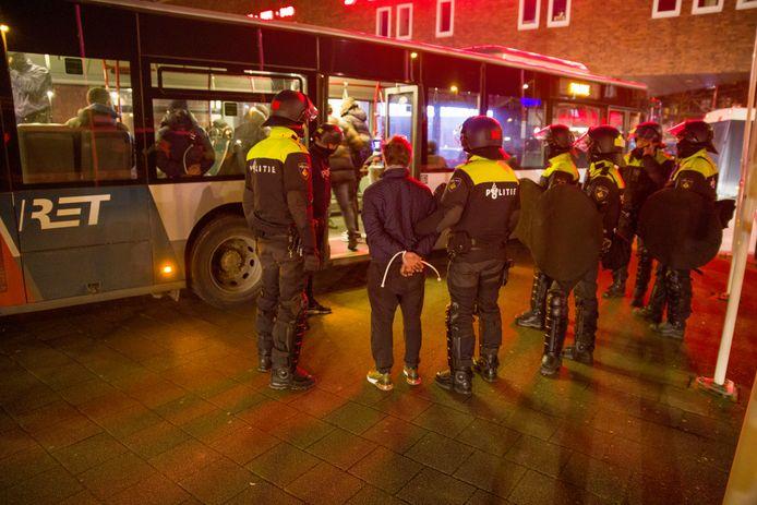 De aangehouden jongeren worden afgevoerd.