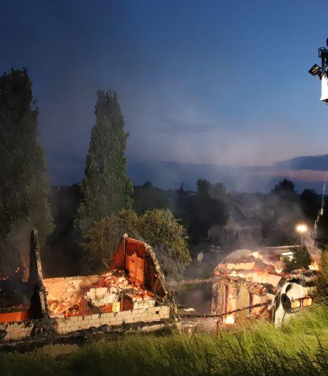 Monumentale woning met rieten dak verwoest door brand in Zennewijnen