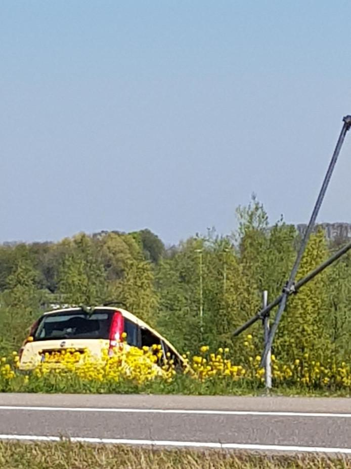 Op de afrit van de A2 naar Vinkeveen is een auto in de berm beland.