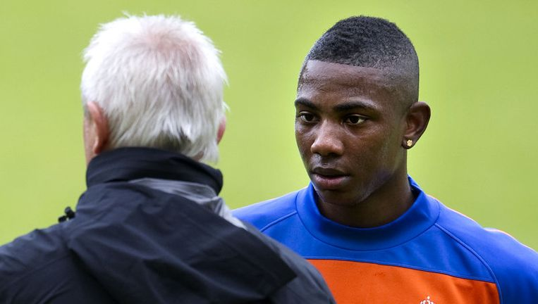 Eljero Elia praat bij met bondscoach Bert van Marwijk, na een training in Hoenderloo. Foto ANP Beeld