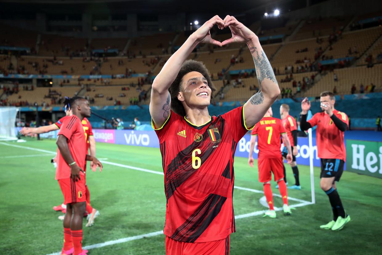 Axel Witsel groet de fans na de overwinning tegen Portugal Beeld Getty Images