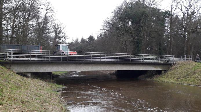 De Vloedstegenbrug is per direct afgesloten voor zwaar verkeer. Borden om chauffeurs daarop te wijzen, waren enkele uren na ingang van het verbod nog niet geplaatst.