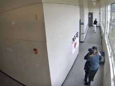 Amerikaanse leraar knuffelt gevaar van vuurwapen weg