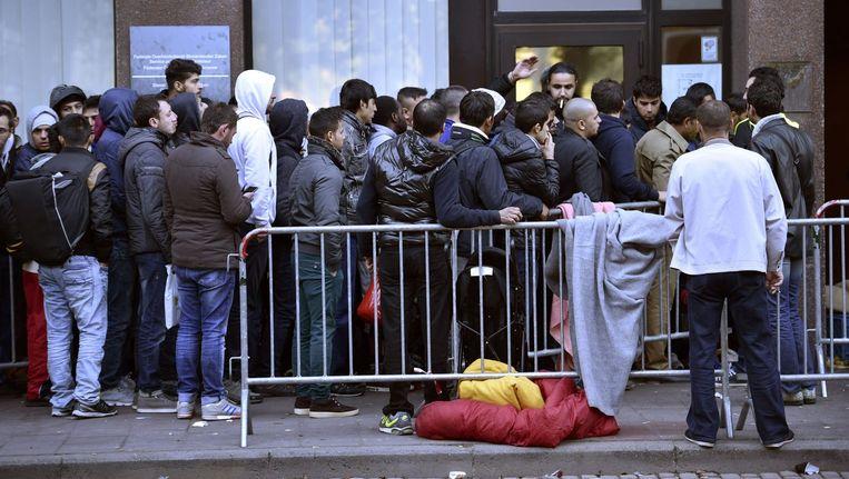 Archiefbeeld van een lange rij wachtenden voor de Dienst Vreemdelingenzaken vorige maand. Beeld PHOTO_NEWS