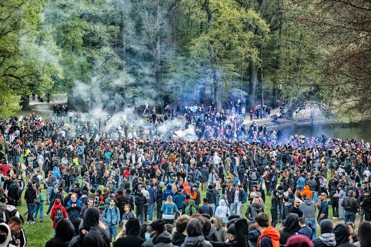 Tweeduizend feestvierders waren samengekomen voor het verboden event. Beeld Tim Dirven
