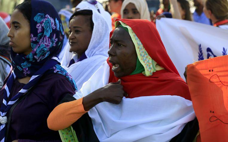 Op maandag 25 november gingen talloze vrouwen de straat op in de hoofdstad Karthoum tijdens de Internationale Dag tegen Geweld op Vrouwen.  Beeld AFP