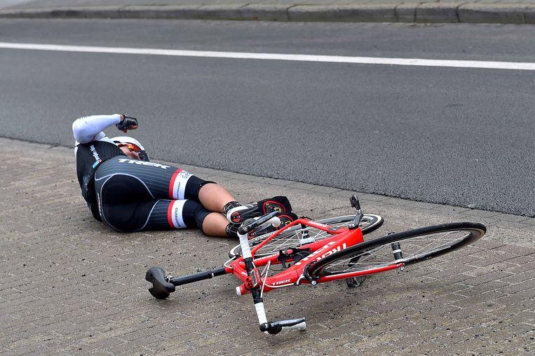 Gert Steegmans kwam zwaar ten val, maar liep gelukkig geen breuken op. Beeld Tim De Waele