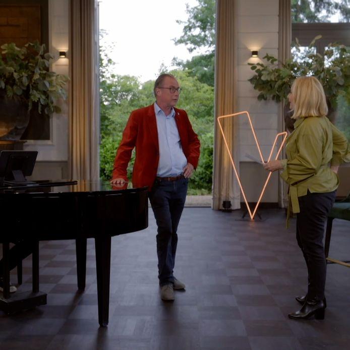 Erik Hagelstein in The Voice met zijn coach Angela Groothuizen.