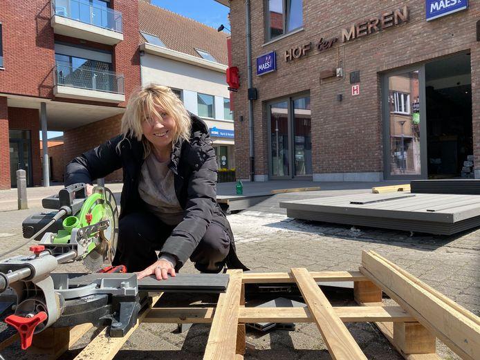Marianne Janssens startte zaterdag meteen met de opbouw van het nieuwe terras aan café Hof ter Meren in Zaventem.