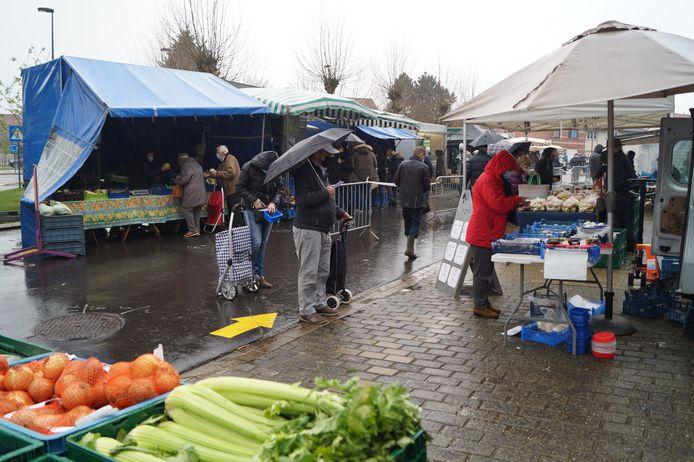 Ondanks het erg gure weer daagde er toch relatief veel volk op voor de boerenmarkt in Tielt.
