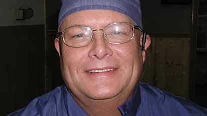 Hij opereerde onverdoofd, bond patiënten vast en trok de verkeerde tanden: horrortandarts opnieuw op non-actief gezet