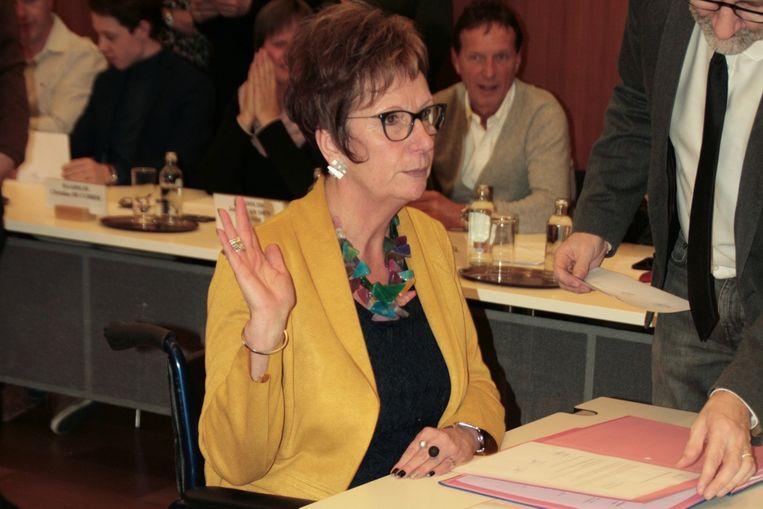 Diana Tierens verbeet de pijn en kwam toch naar de installatievergadering. Ze legde de eed af in haar rolstoel.