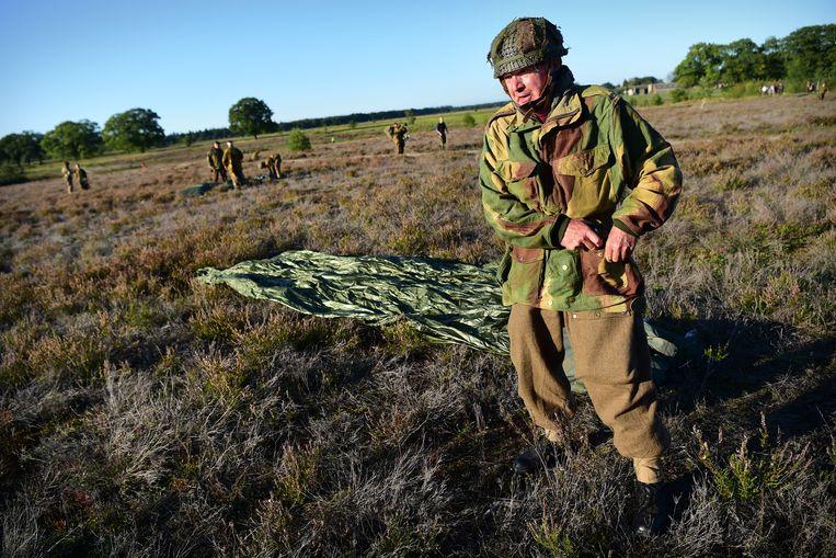 Vrijdag oefenden Britse parachutisten al voor de 'Mass Drop'. Beeld Marcel van den Bergh