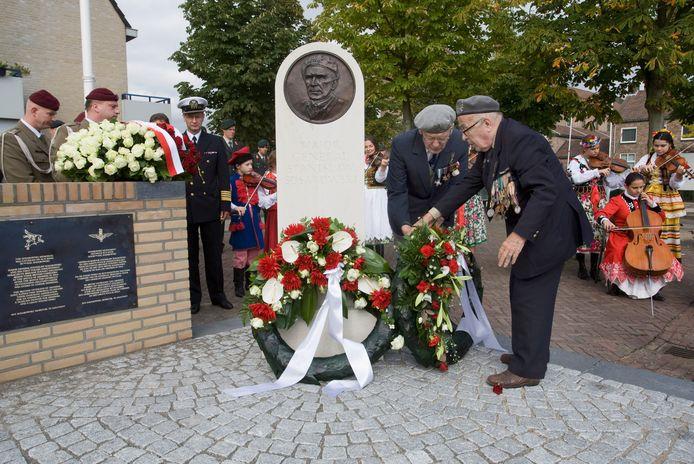 Poolse oorlogsveteranen leggen een krans bij het monument van de  generaal Sosabowski in Driel. Het monument kwam tot stand kwam dankzij een inzamelingsactie gesteund door de Britse oorlogsveteranen Brian Urquhart en Tony Hibbert.