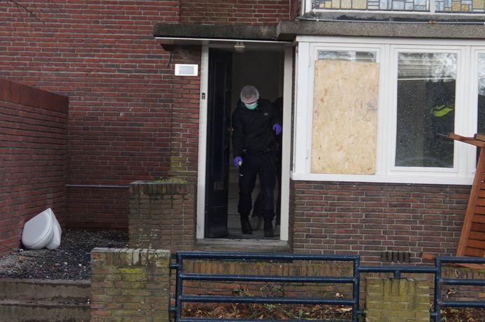 De politie doet onderzoek in de woning in Waalwijk.