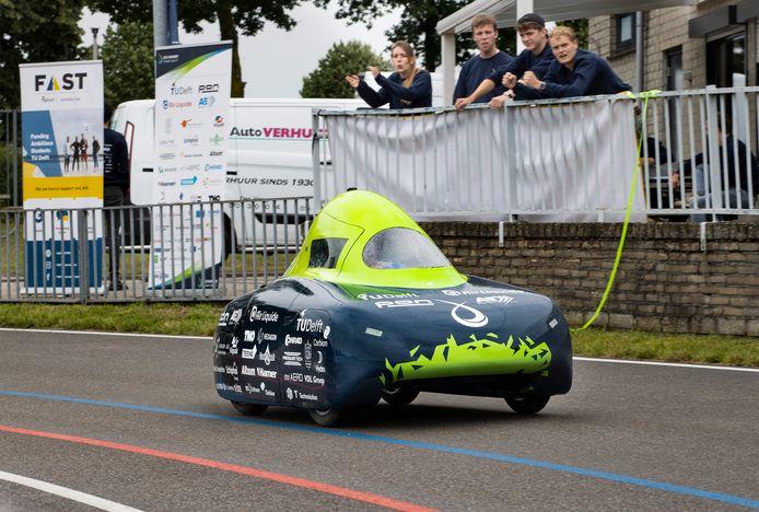 Op de wielerbaan van Buitenlust in Helmond probeerden studenten van de TU Delft  afgelopen juli een nieuw wereldrecord afstand te vestigen in hun waterstofauto Eco-Runner XI.