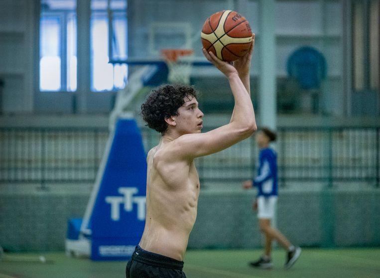 Een ochtendtraining bij basketbalvereniging Triple Threat in de Haarlemse wijk Schalkwijk. Beeld Patrick Post