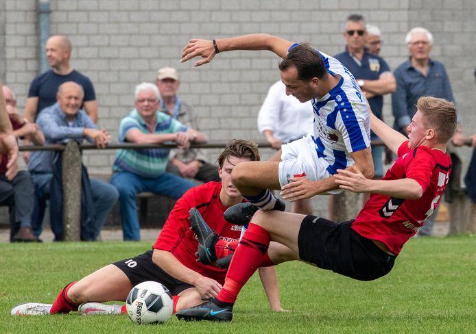 FC Lienden (blauwwit shirt) speelde met 2-2 gelijk bij Kesteren.