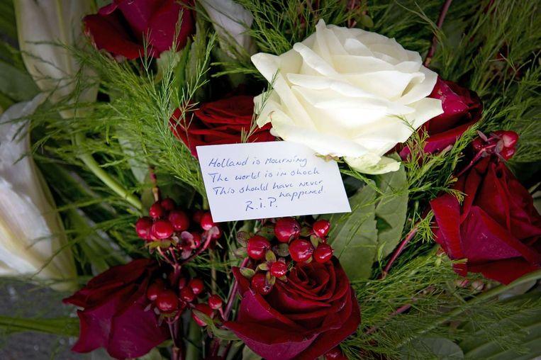 Bloemen voor de slachtoffers van de ramp op Schiphol. Beeld afp