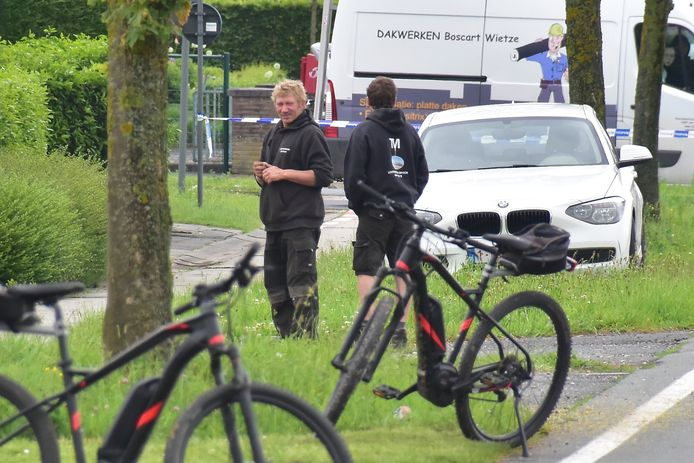 Marc Paret (links) in gesprek met zijn werkgever uit Zillebeke, na de inbraak in zijn woning langs de Menenstraat in Geluveld.