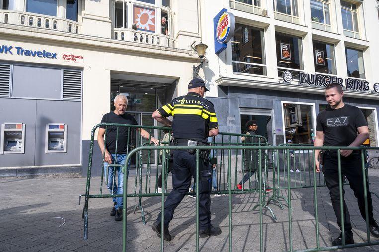 Beveiliging bij de studio van RTL Boulevard, eerder deze week. Misdaadverslaggever Peter R. de Vries werd om de hoek van de studio neergeschoten na een uitzending van het programma waarin hij aanwezig was. Hij werd zwaargewond naar het ziekenhuis gebracht. Beeld ANP