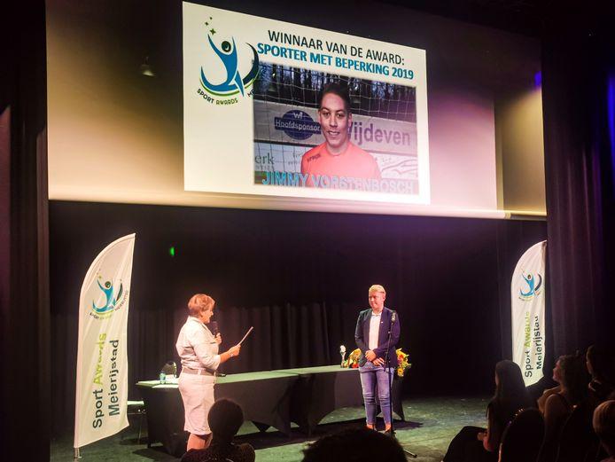Jimmy Vorstenbosch krijgt de award voor 'sporter met beperking 2019' uit handen van wethouder Coby van der Pas.