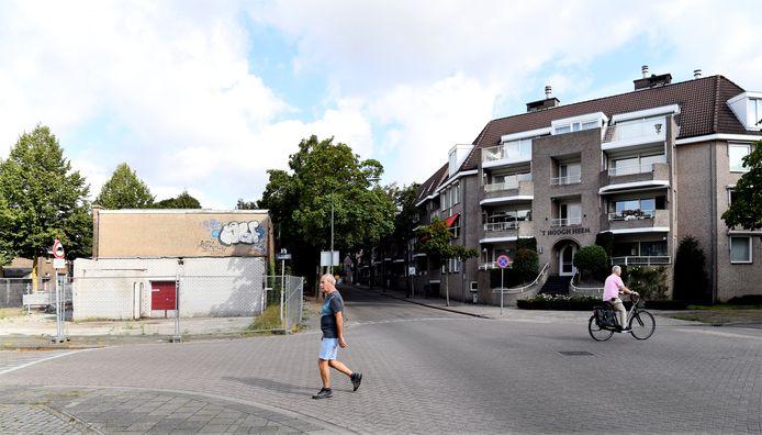 Aan de Baerdijk in Oisterwijk staat al 20 jaar een fabriekspand te verpauperen. Bewoners van  appartementen aan de overkant maken bezwaar tegen nieuwbouwplannen.