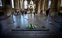 De hermetisch afgesloten ingang naar de koninklijke grafkelder in de Nieuwe Kerk.