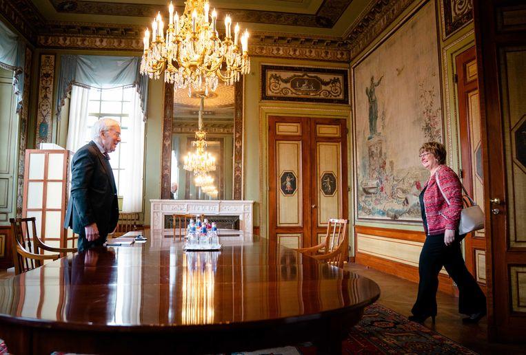 Informateur Herman Tjeenk Willink ontvangt Mariëtte Hamer, voorzitter van de Sociaal Economische Raad (SER). Beeld ANP