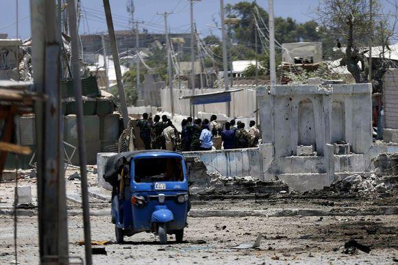 Zeker vier mensen zijn om het leven gekomen bij een bomaanslag op een overheidsgebouw in de Somalische hoofdstad Mogadishu. Een autobom ontplofte bij het ministerie van Arbeid. Daarna drongen de aanvallers het gebouw binnen.