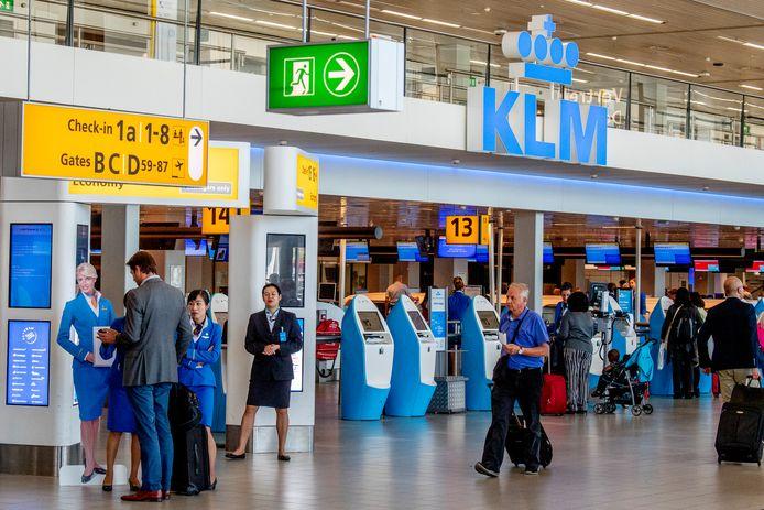 De incheckbalie van KLM op luchthaven Schiphol.