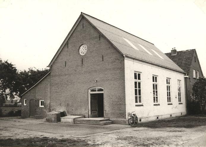 De voormalige lagere school en maalderij in de jaren 70.