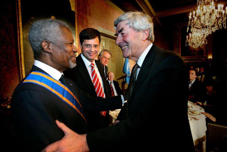 Ruud Lubbers feliciteert Kofi Annan van de Verenigde Naties met de hoge Nederlandse onderscheiding, Ridder Grootkruis in de Orde van de Nederlandse Leeuw. Beeld anp