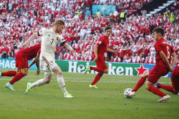 De Belg Kevin De Bruyne (witte shirt) geeft de voorzet waaruit Thorgan Hazard 1-1 zal maken.  Beeld EPA