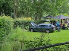 Auto belandt op terras bij botsing in Doetinchem: 'Terrasbezoekers geschrokken'