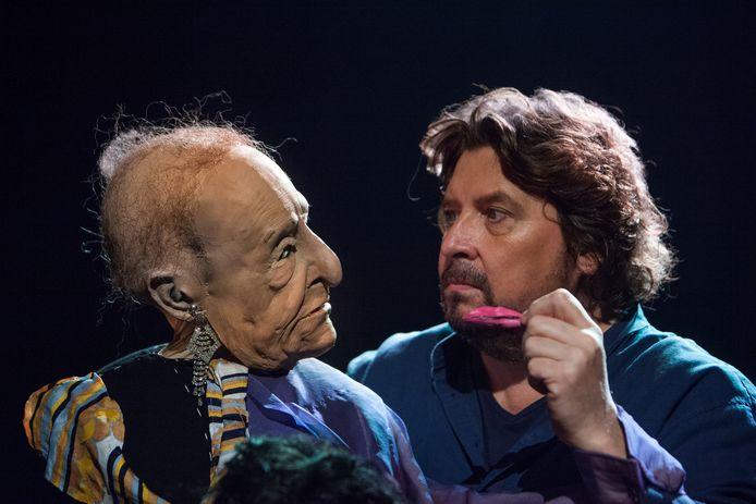 Fred Delfgaauw met een van zijn bijzondere karakters in de voorstelling  'Paradijsvogels'.