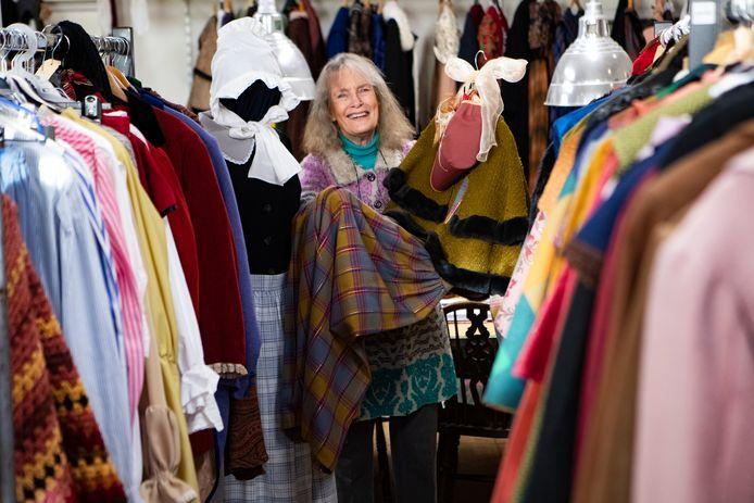 Iedereen die zich Dickensiaans wil kleden is op z'n plek bij Emmy Strik, die haar hele voormalige vrouwengevangenis niet alleen vol heeft hangen met kostuums, maar ook met sjaals, slobkousen en schoenen.