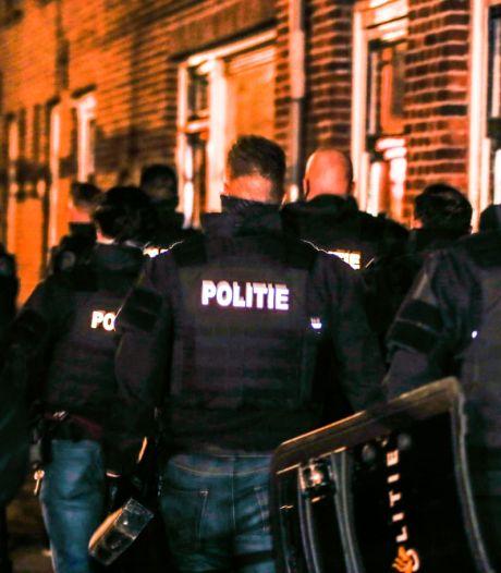 Dordtenaar (39) die explosief vanuit zijn huis op straat gooide langer vast