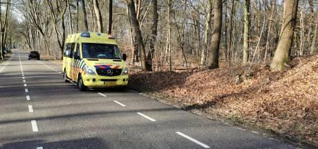 Mountainbiker valt in het bos en raakt gewond