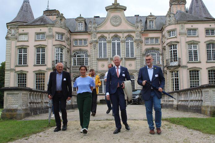 Pieter De Crem en Zuhal Demir gingen na de sleuteloverdracht ook even wandelen in het mooie kasteelpark van Poeke.