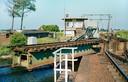 De Arnebrug gefotografeerd in 1973. De in 1913 gebouwde brug werd bediend met handslingers en had het draaipunt aan de zijkant. De unieke brug werd eind vorige eeuw na een mislukte poging tot behoud als beschermd erfgoed toch gesloopt.