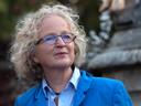 Sinds haar moeder in 2017 overleed, is Sanne Terlouw van schrijven naar fotograferen geswitcht. Ze fotografeerde bijna veertig eeneiige tweelingen, onder wie haar vriendin Jessica Heijkoop, die in september haar zieke tweelingzus Justia verloor.