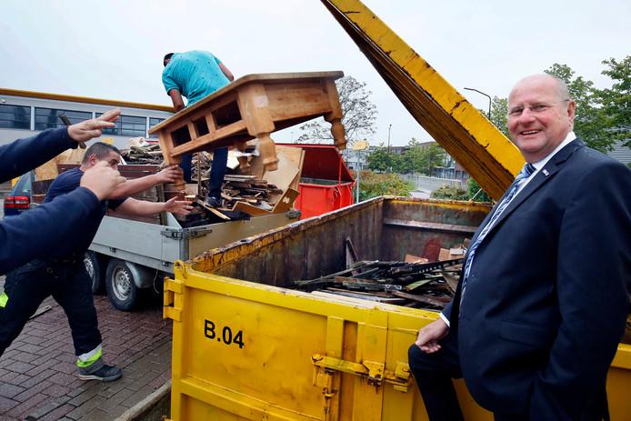 Directeur Waardlanden Ton Versteeg bij een van de containers op het afvalbrengstation in Gorinchem. Deze is voor hout.