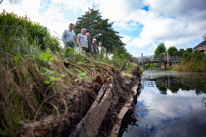 Klundertse bewoners van 17 huizen waarvan de achtertuin aan het water grenst, zijn boos. Reden? De provincie en het Waterschap laten de waterkant en bijbehorende groenstrook verpauperen.