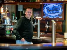Klant houdt kroegeigenaar Bas Nab uit Valburg aan het werk: 'Door corona is mij mijn hobby ontnomen'