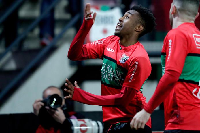 Mike Ndayishimiye juicht nadat hij NEC op 2-0 heeft gezet tegen FC Den Bosch.