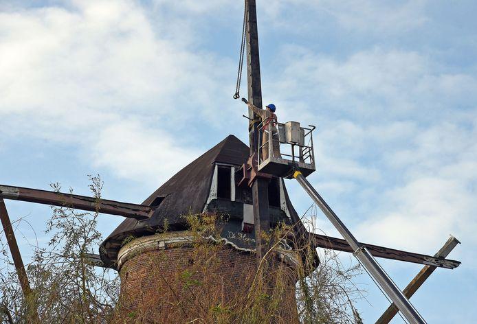 Ontmanteling van molen De Harmonie in hartje Biervliet, november vorig jaar.