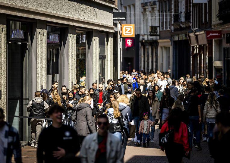 Winkels mogen weer klanten ontvangen zonder afspraak. Klanten moeten zich in de winkels nog wel steeds houden aan de geldende maatregelen, waaronder een mondkapjesplicht en anderhalve meter afstand.  Beeld ANP