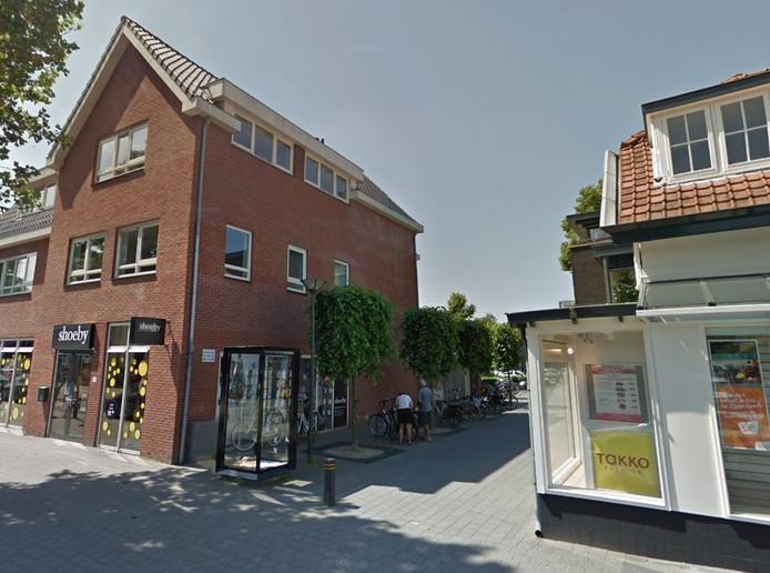 Het steegje dat de Stationslaan en het parkeerterrein aan de Haverkamp in Nunspeet met elkaar verbindt. In deze doorgaan veroorzaken kroegbezoekers volgens omwonenden veel overlast.